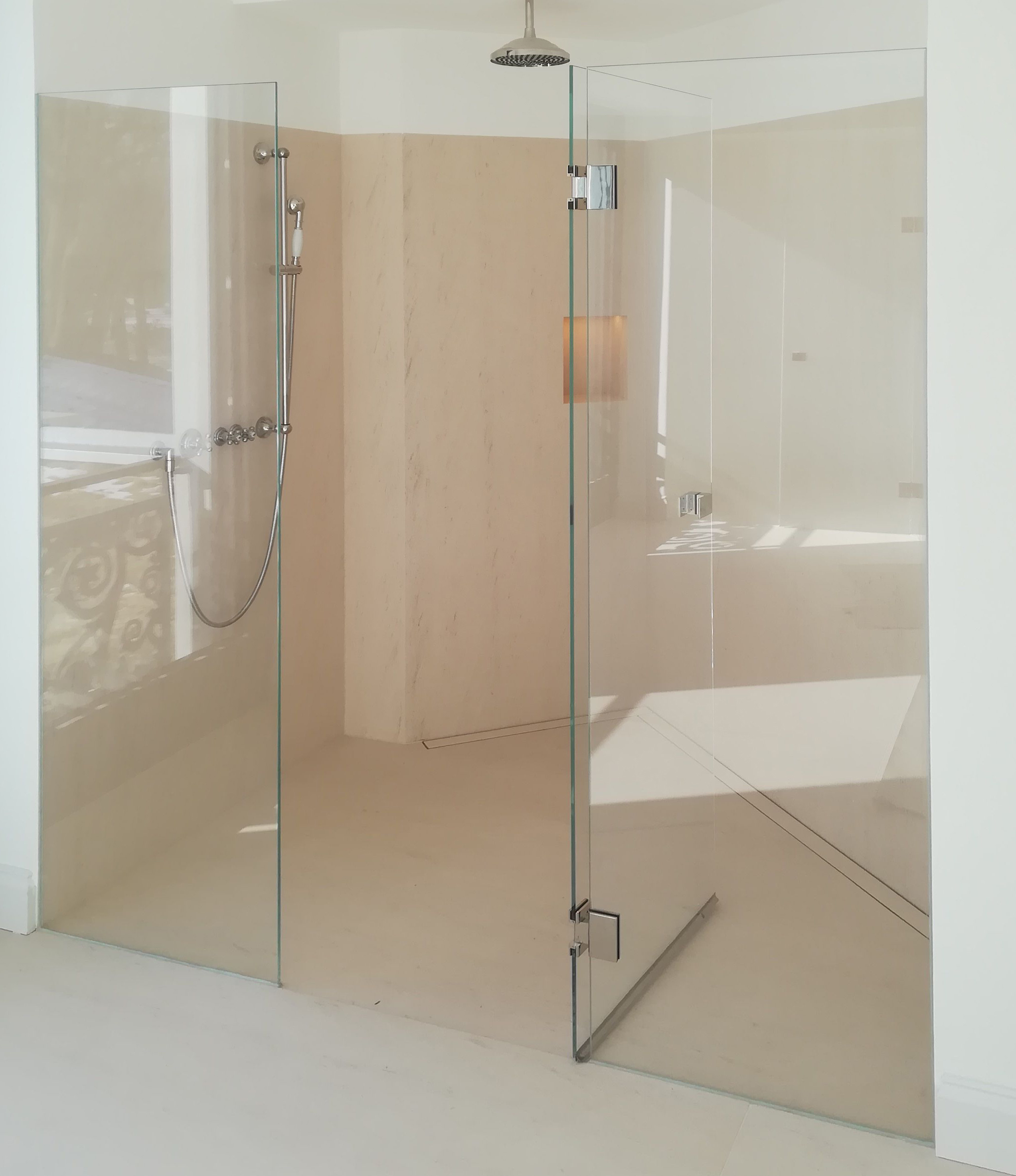 Shower partitions made of glass
